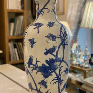 Vaso in porcellana con decorazioni blu